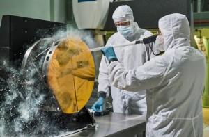 Des ingénieurs du Goddard Space Flight Center de la NASA testent les procédures de nettoyage du miroir du JWST avec de la neige carbonique (Photo de la NASA).